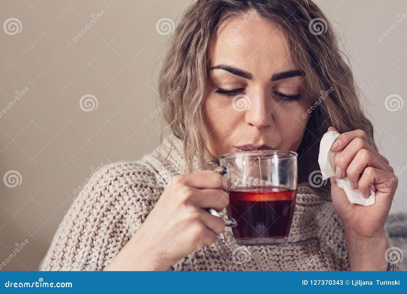 Grypowy zimna lub alergii objaw Chora młoda kobieta z gorączkowym sneezin