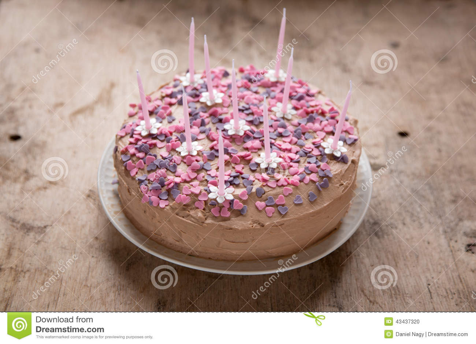 g teau d 39 anniversaire rose et fait maison avec des sucreries de coeur et bougies de fleur photo. Black Bedroom Furniture Sets. Home Design Ideas