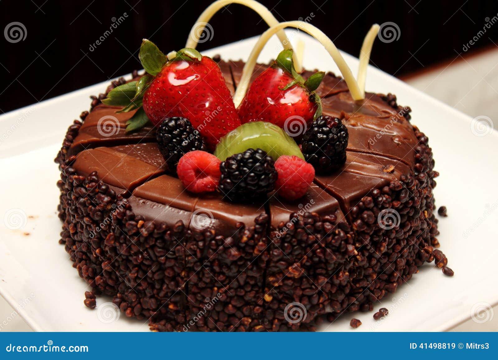 G teau de chocolat avec la d coration de fruit frais photo - Decoration de gateau avec des fruits ...