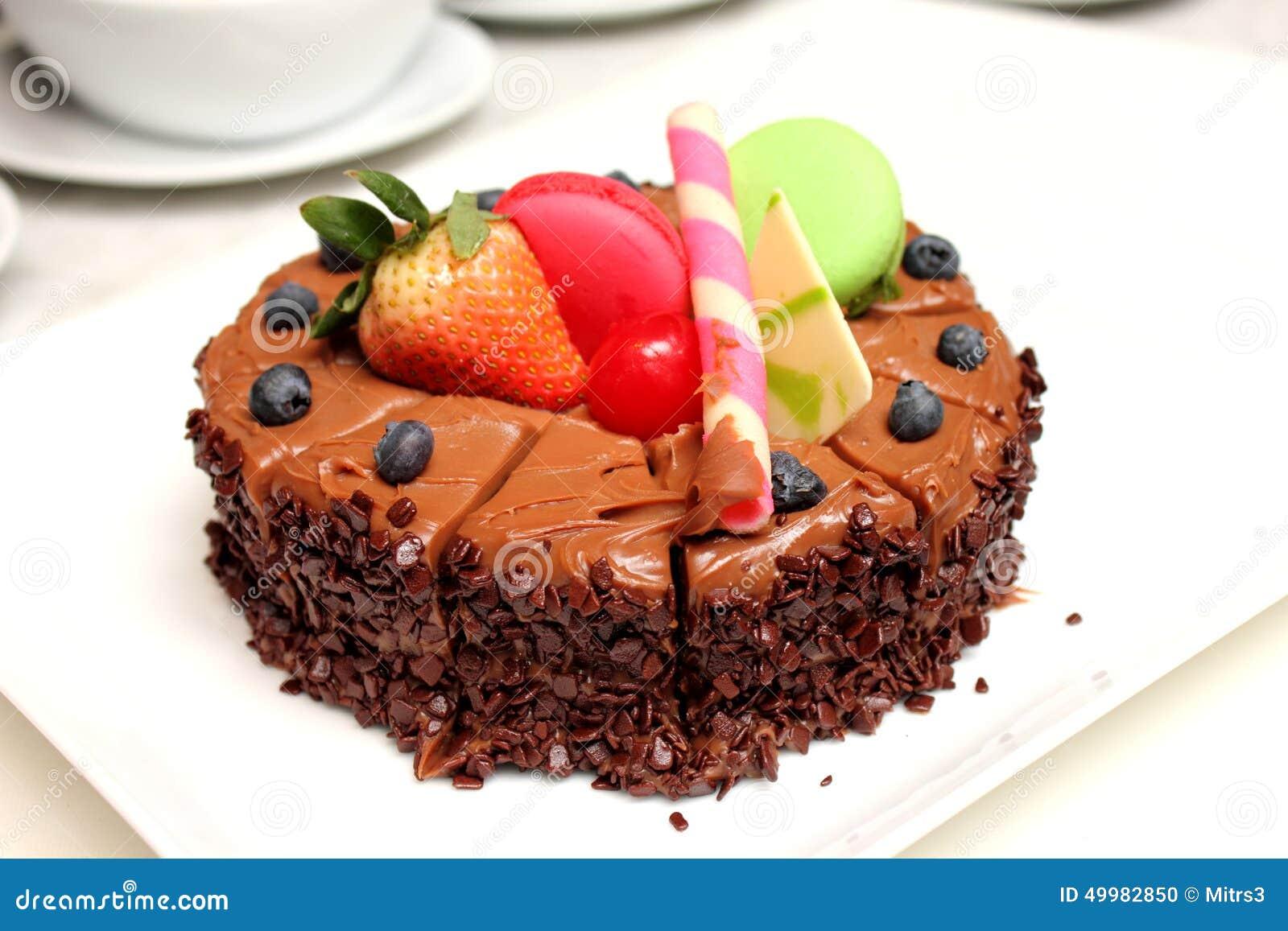 g teau de chocolat avec la d coration de fruit frais photo stock image 49982850. Black Bedroom Furniture Sets. Home Design Ideas