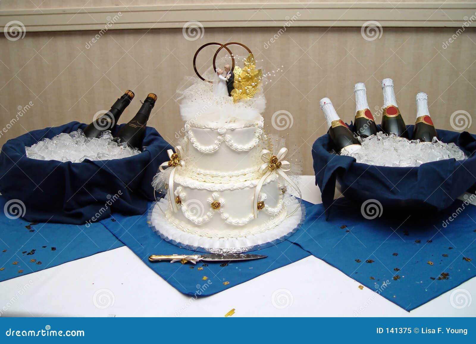 g teau de mariage avec champagne photo libre de droits image 141375. Black Bedroom Furniture Sets. Home Design Ideas