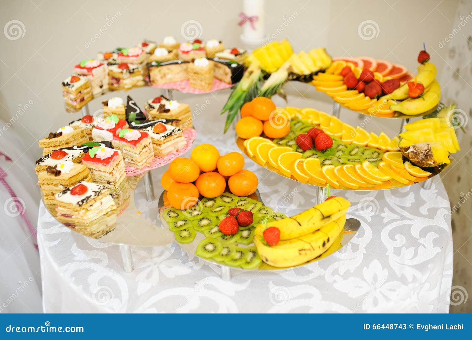 g 226 teaux et bonbons de dessert de mariage avec des fruits photo stock image 66448743