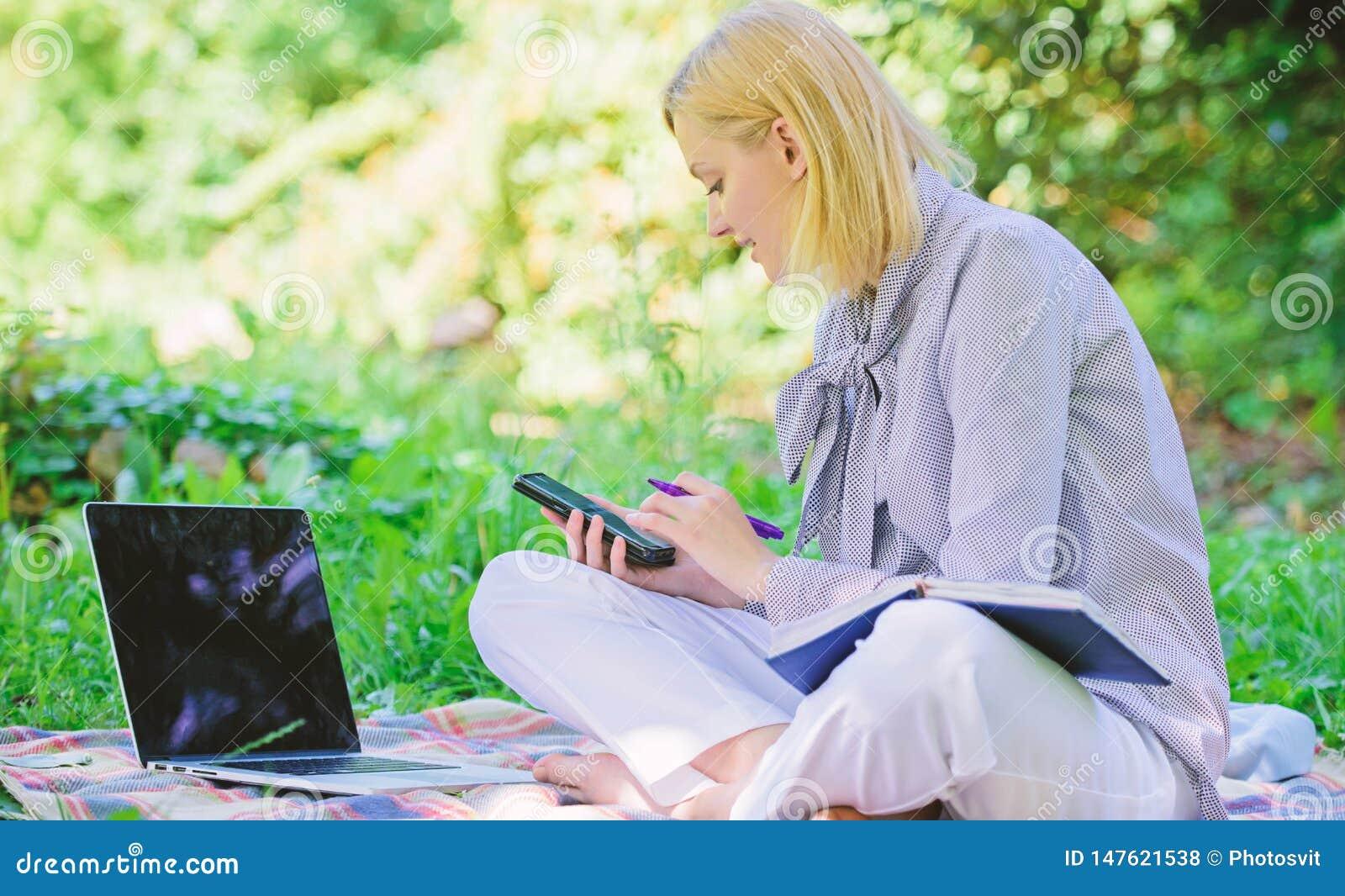 Gu?a que comienza carrera independiente Freelancer acertado convertido Aire libre de manejo del negocio Mujer con el ordenador po