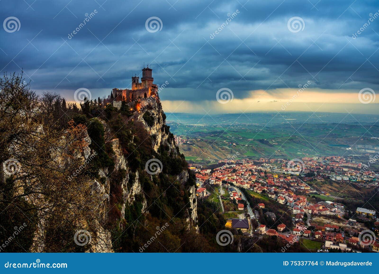 Guaita圣马力诺堡垒在日落的