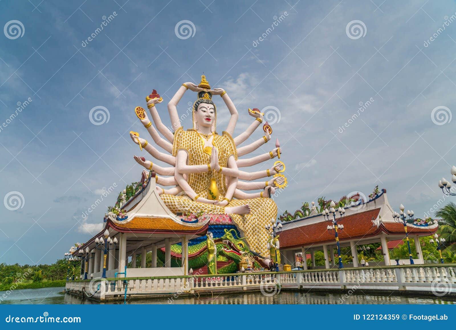 Guan Yin Statue på den Plai Laem templet - huvudsakligt symbol och populär gränsmärke av ön Turism och sight