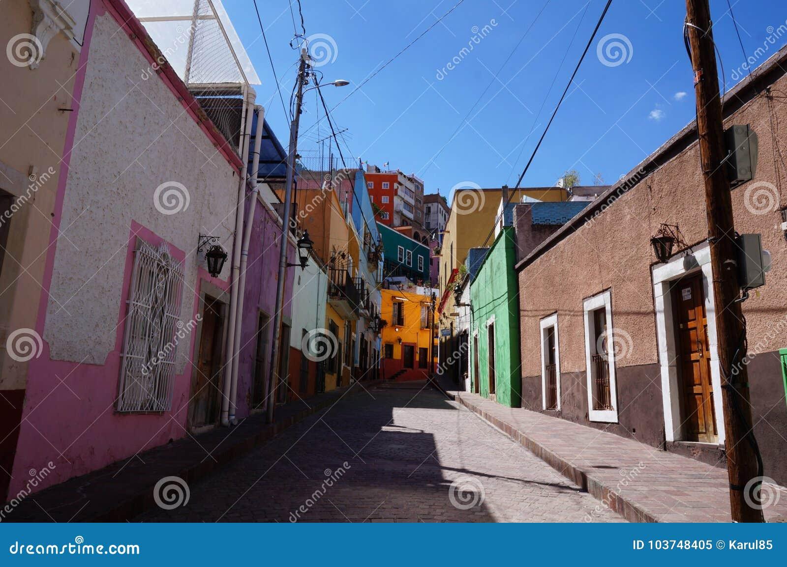 Guanajuato Mexico November 2017, kleurrijke koloniale straat in het stads` s centrum