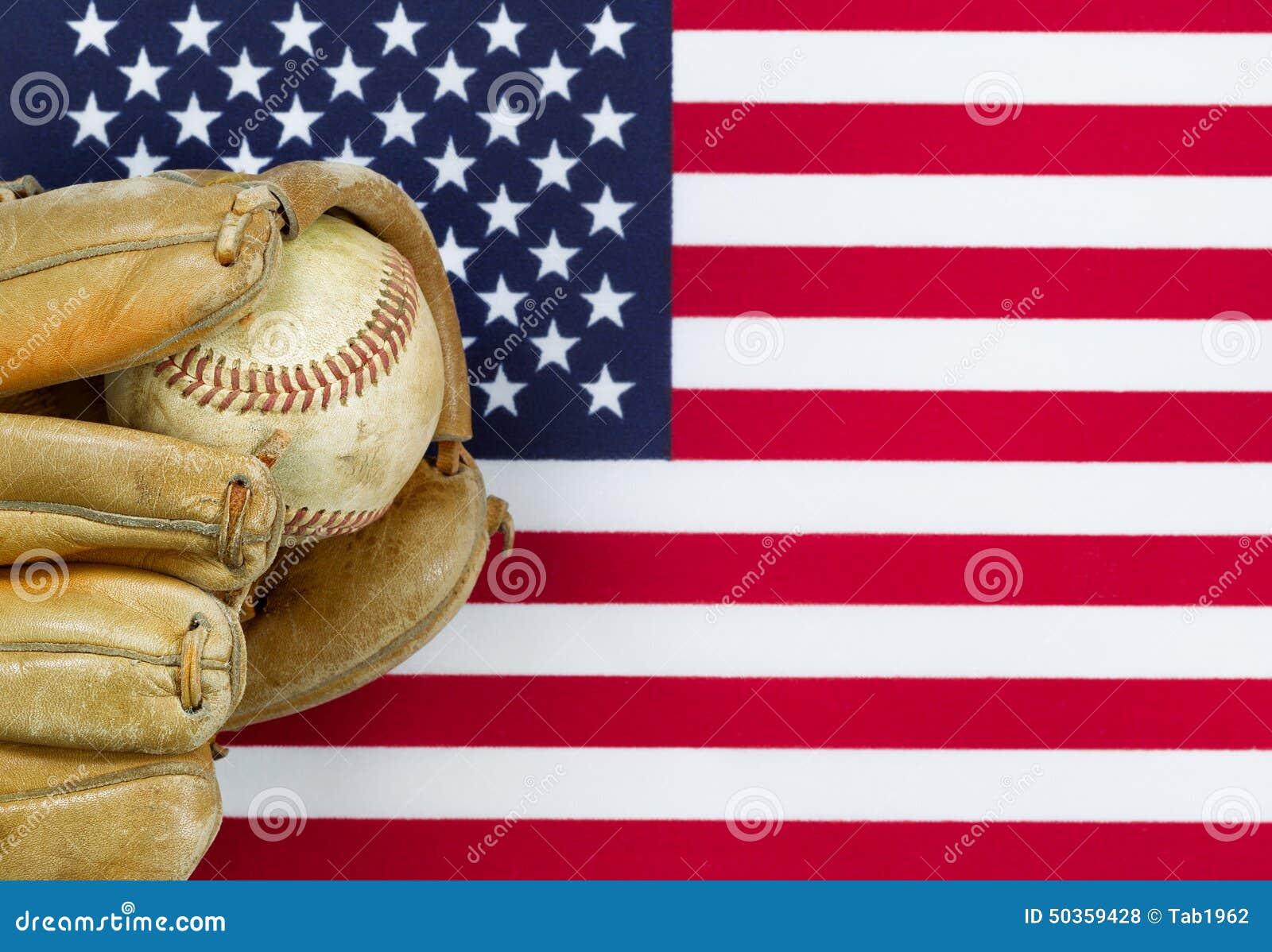Guante y bola gastados de béisbol en bandera americana