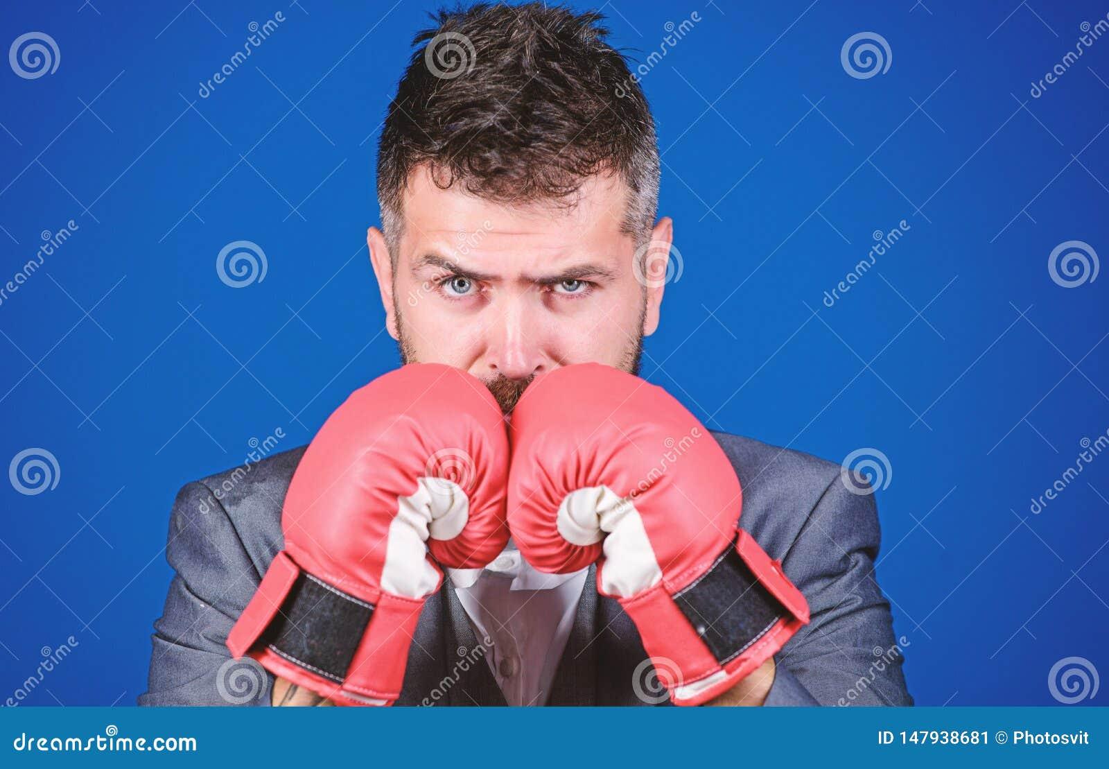Guantes de boxeo del desgaste del hombre de negocios Las mejores estrategias criminales del abogado defensor concepto del ataque