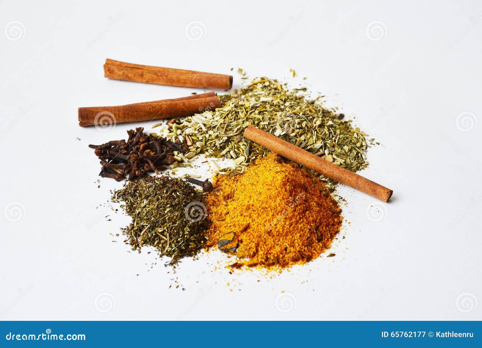 Guarana, cravos-da-índia, canela e algumas especiarias para cozinhar