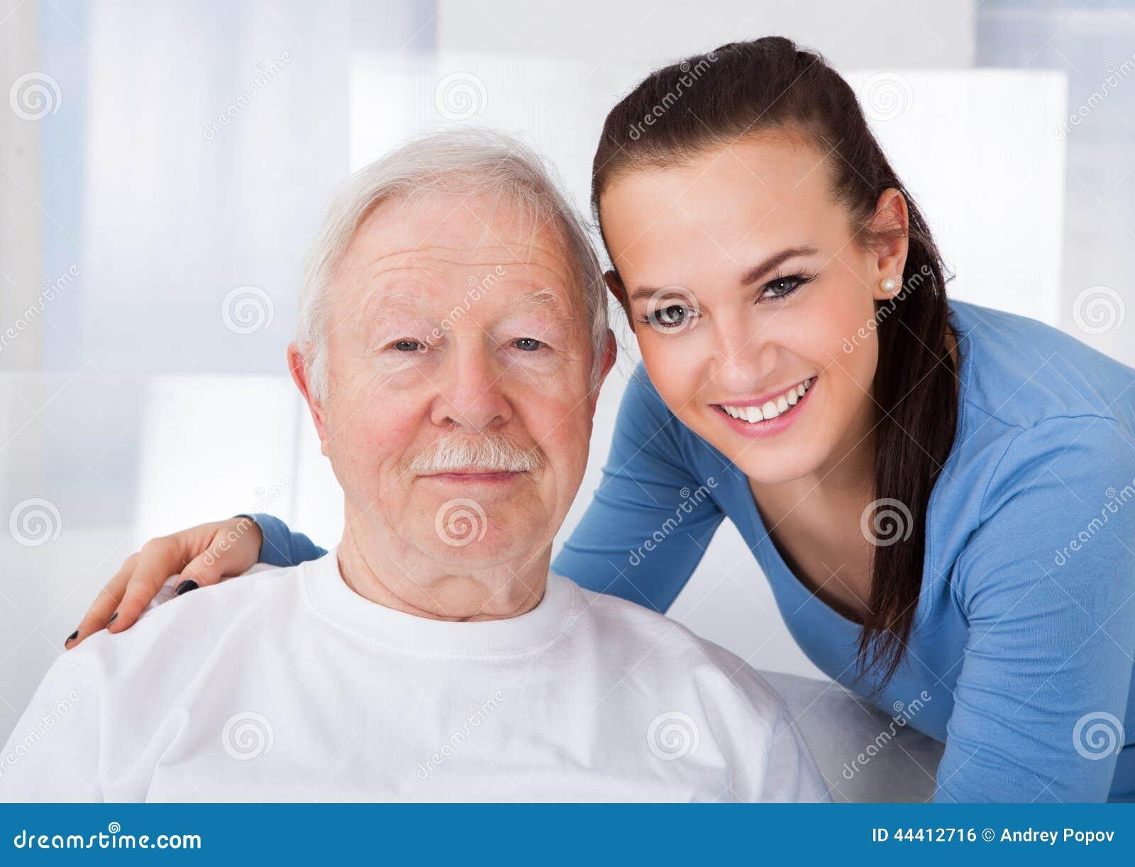 Guarda com o homem superior no lar de idosos
