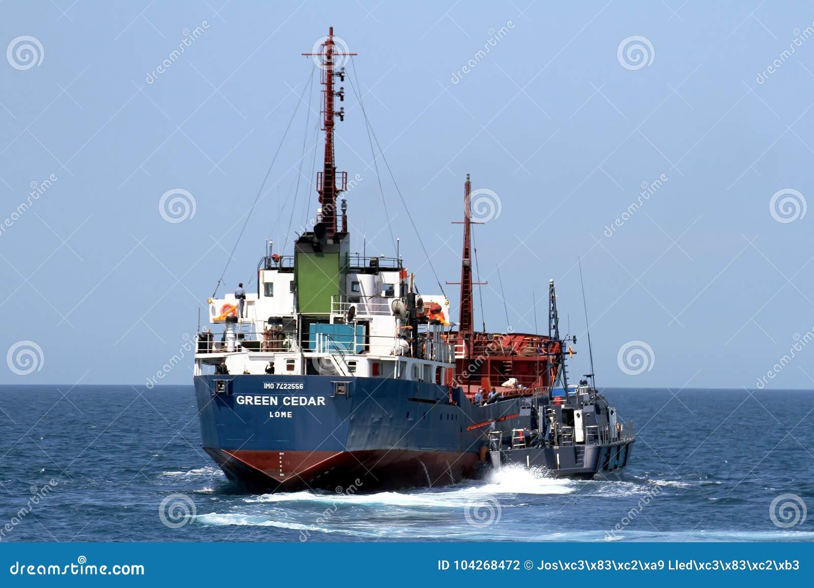 Guarda costeira espanhola da alfândega que controla uma embarcação do motor