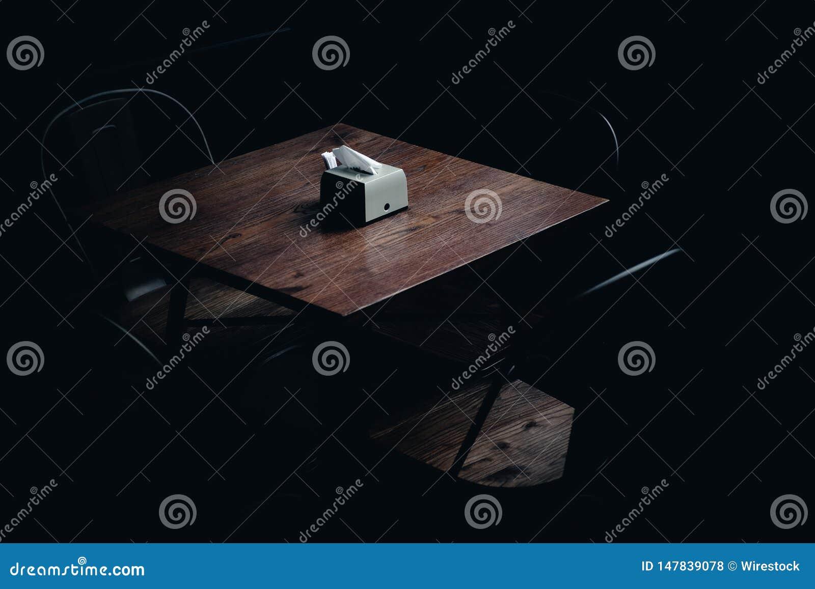 Guardanapo em uma tabela em uma sala escura
