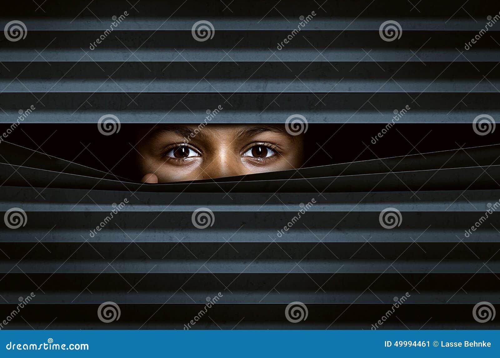 Guardando attraverso i ciechi di finestra