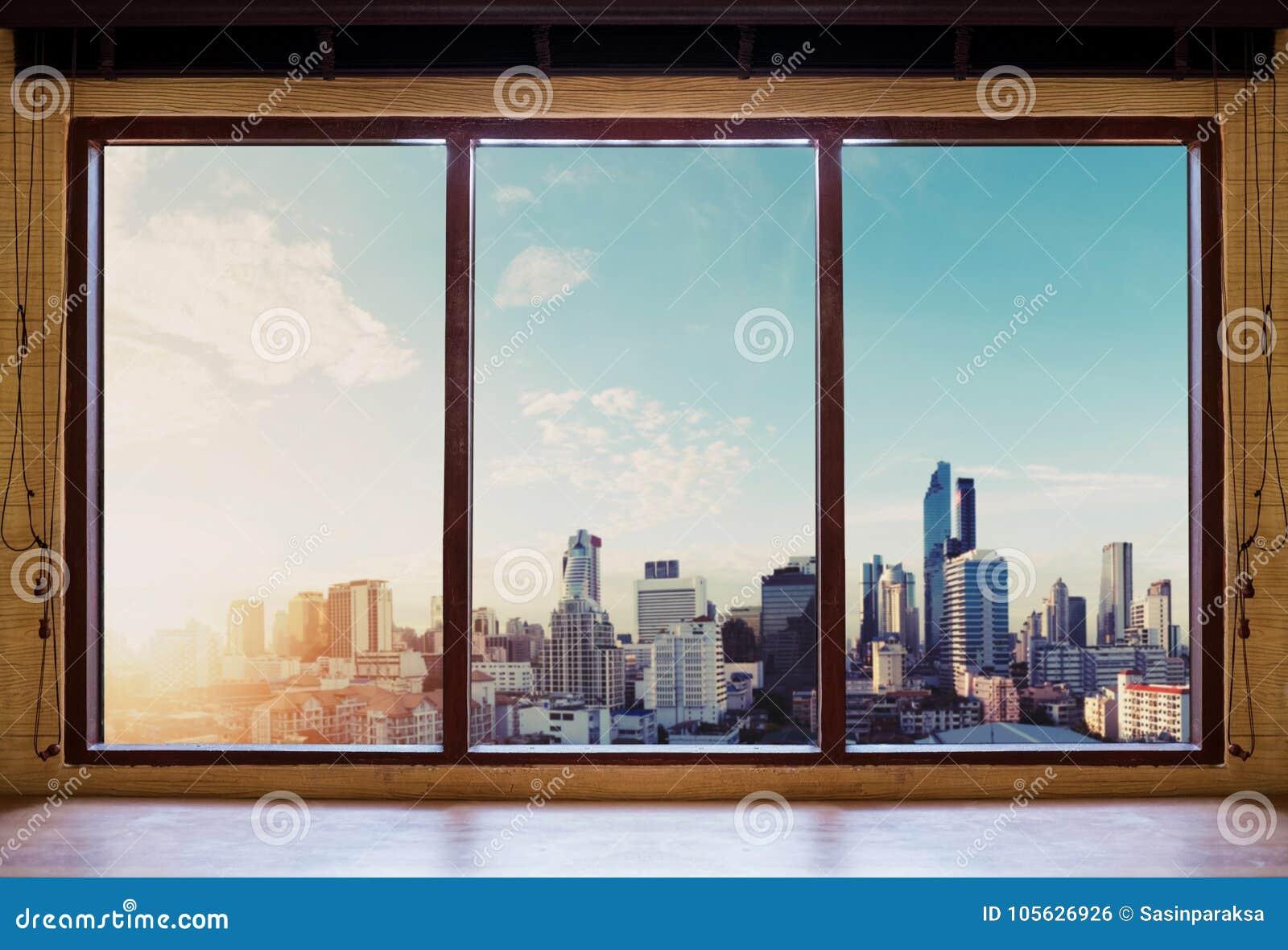 Guardando attraverso la finestra di mattina, vista della città di Bangkok nell alba