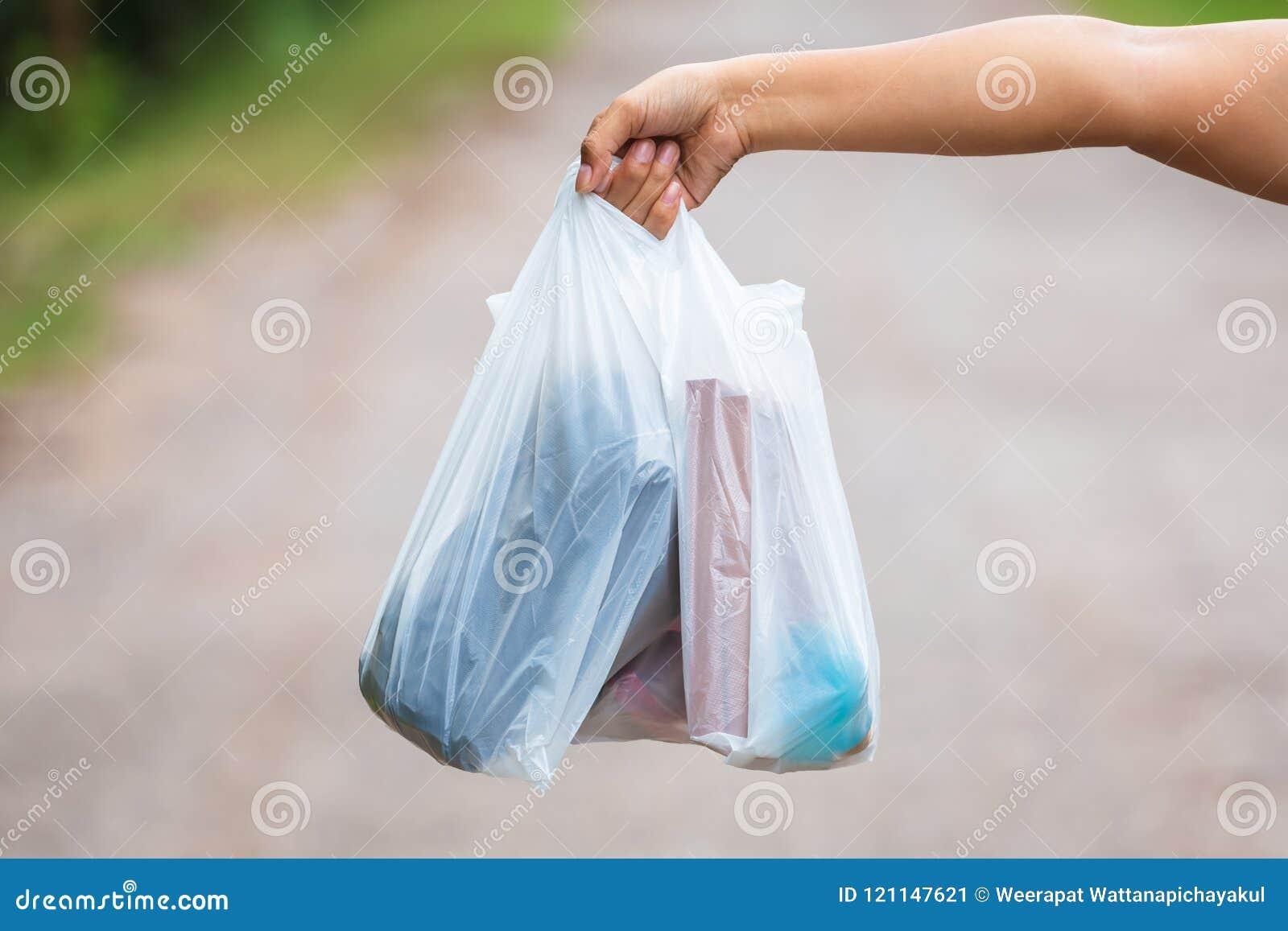 Guardando sacos de plástico