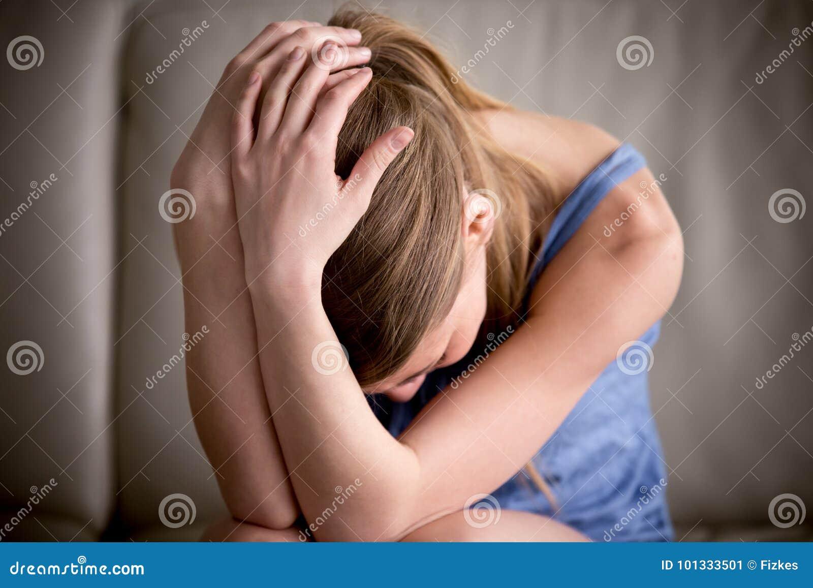 Guardar sozinho de grito do adolescente triste principal nas mãos, sentindo comprime
