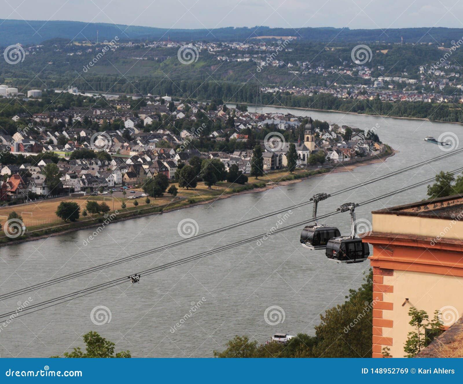 Guardare dall alto in basso il Reno e la città di Coblenza