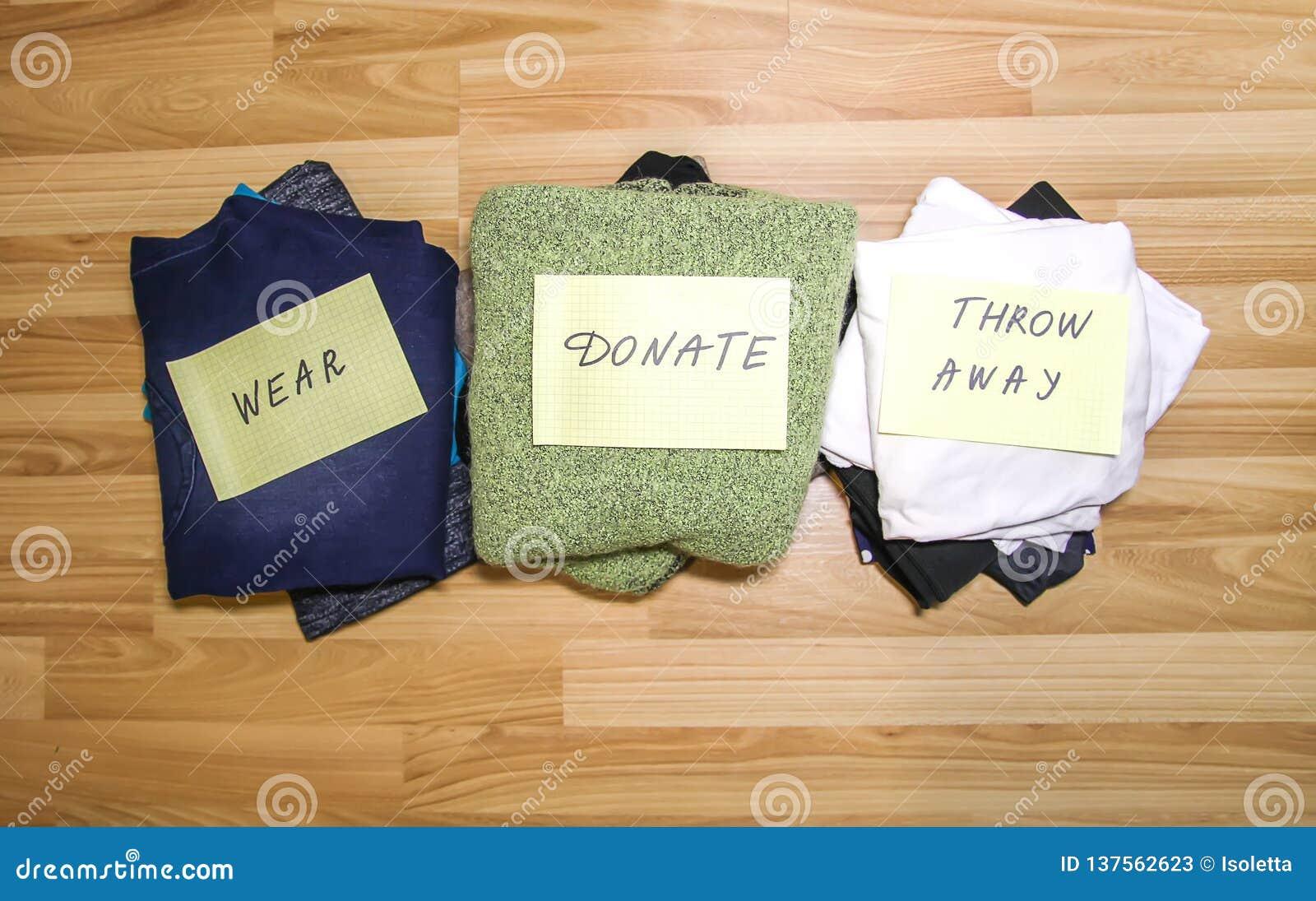Guardaroba domestico con differenti oggetti di abbigliamento Separazione stagionale dei vestiti Piccola organizzazione dello spaz