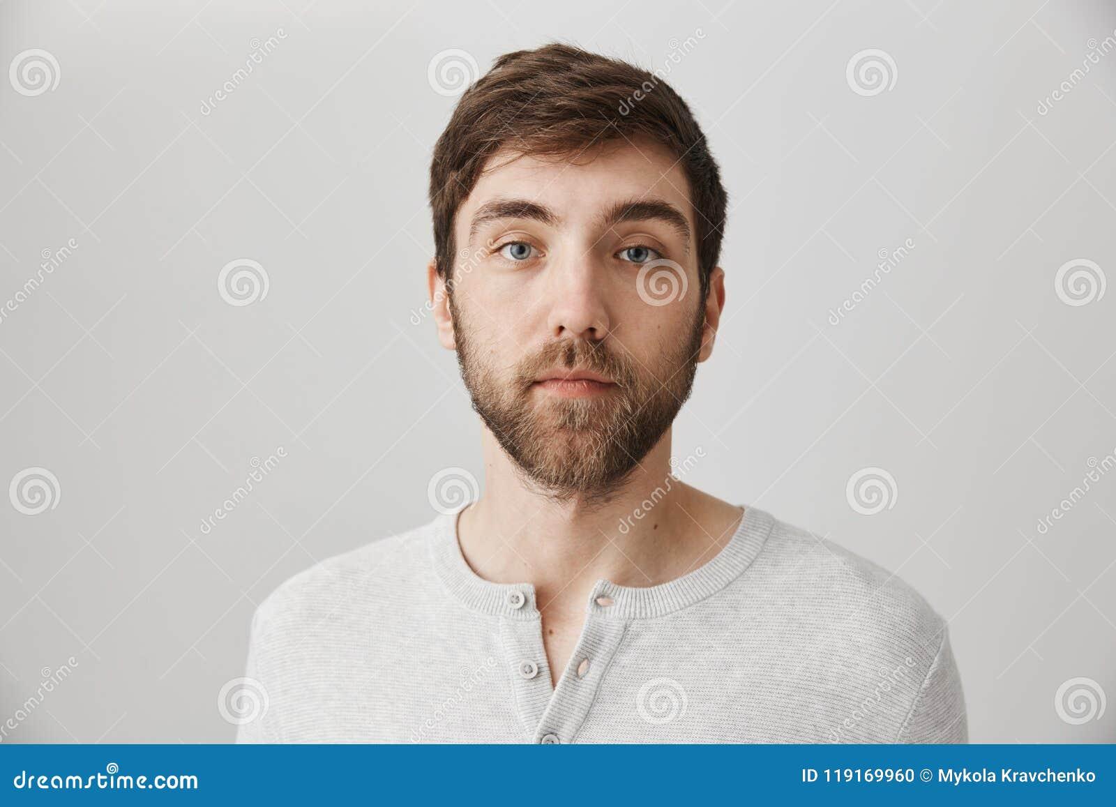 Guarde la calma y no finja nada sucedió Retrato del varón maduro serio tranquilo con la barba que se coloca sin emociones encima