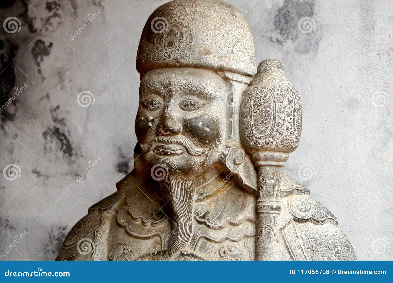 Guarde la estatua en el templo de la literatura en Hanoi, Vietnam