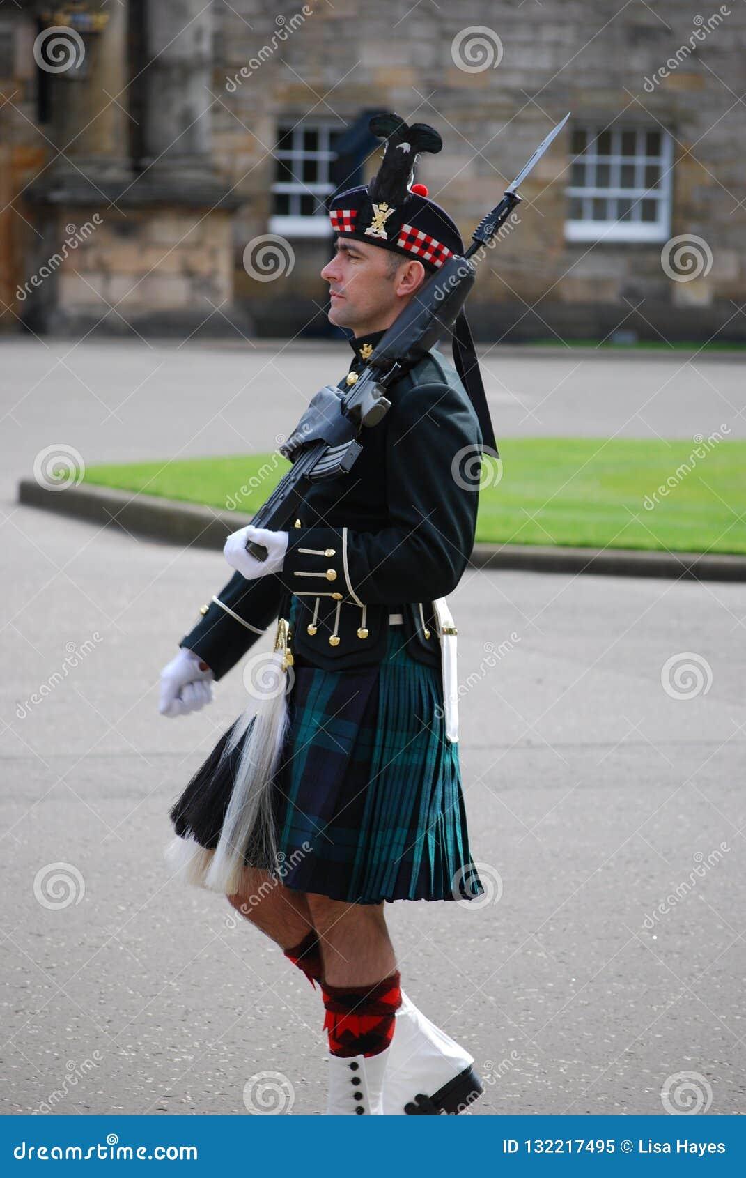 Guardia fuori del palazzo di Holyrood, Edimburgo, Scozia