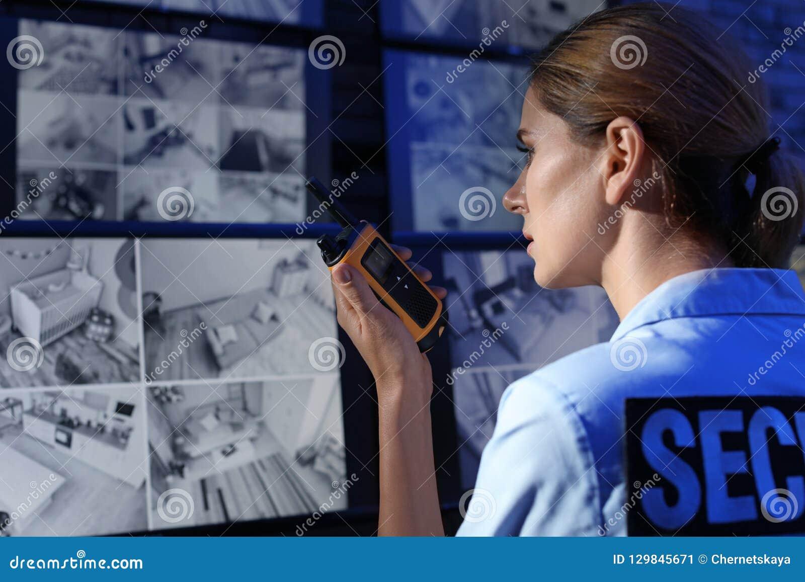 Guardia giurata femminile con il portatile