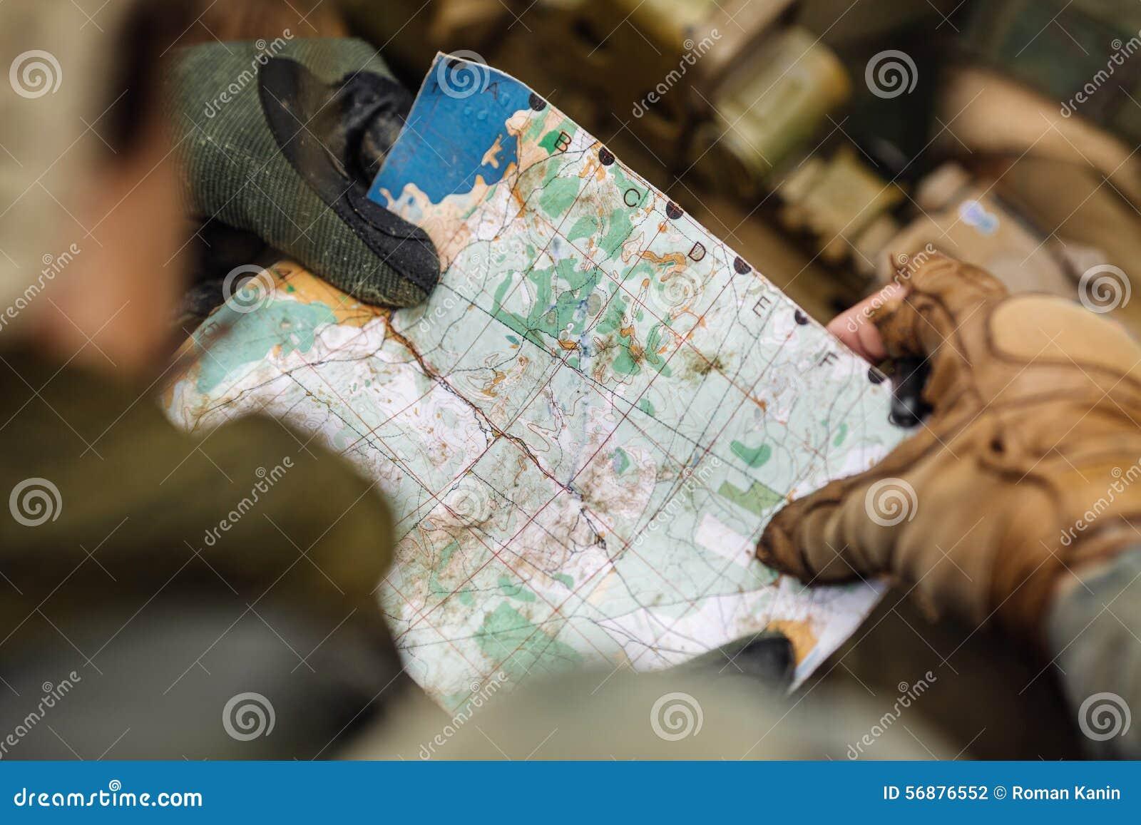 Guardie forestali sull all aperto di esame della mappa
