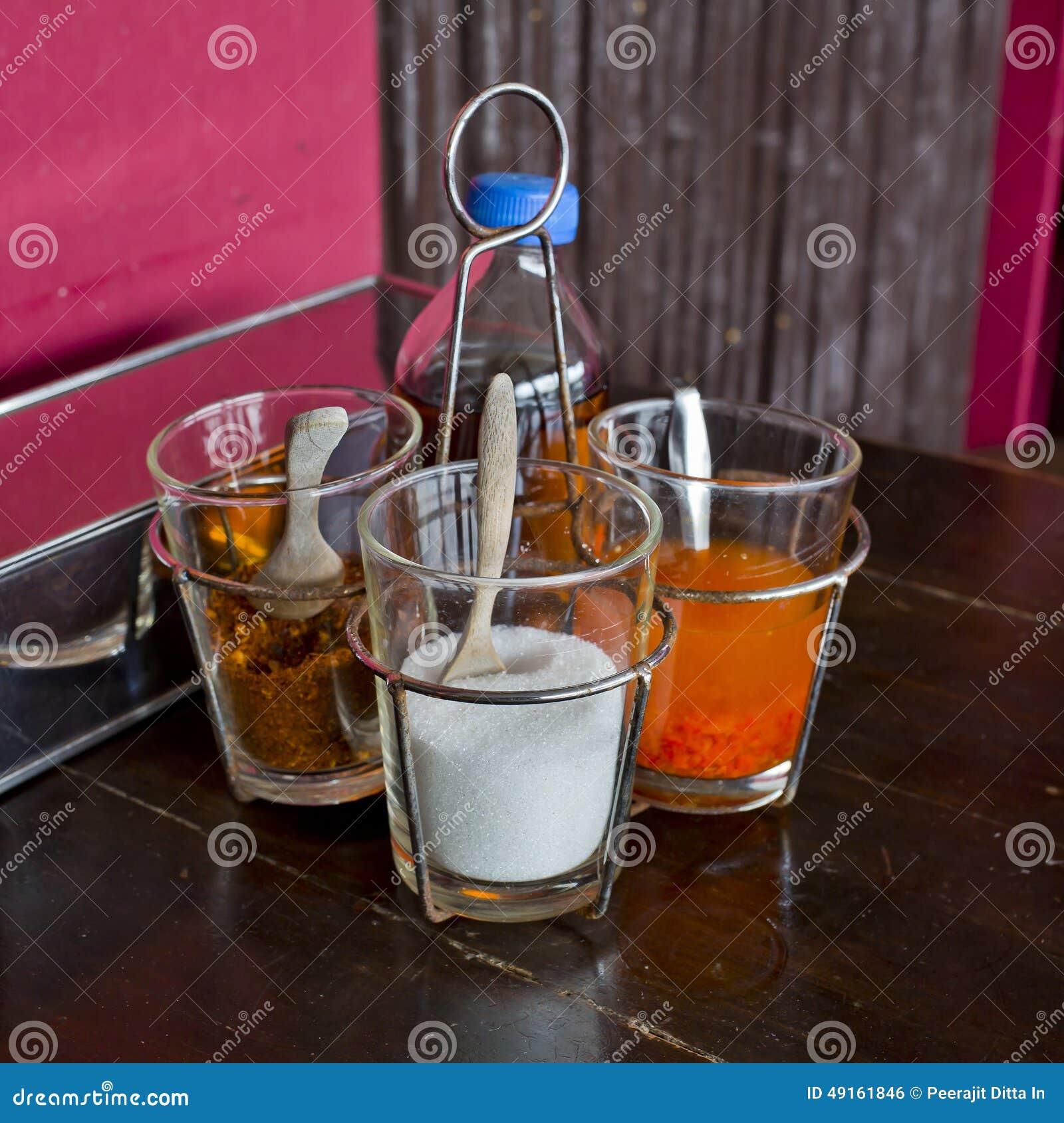 Guarnisca le tagliatelle che condiscono lo stile tailandese sullo zucchero di tavola di legno, secco