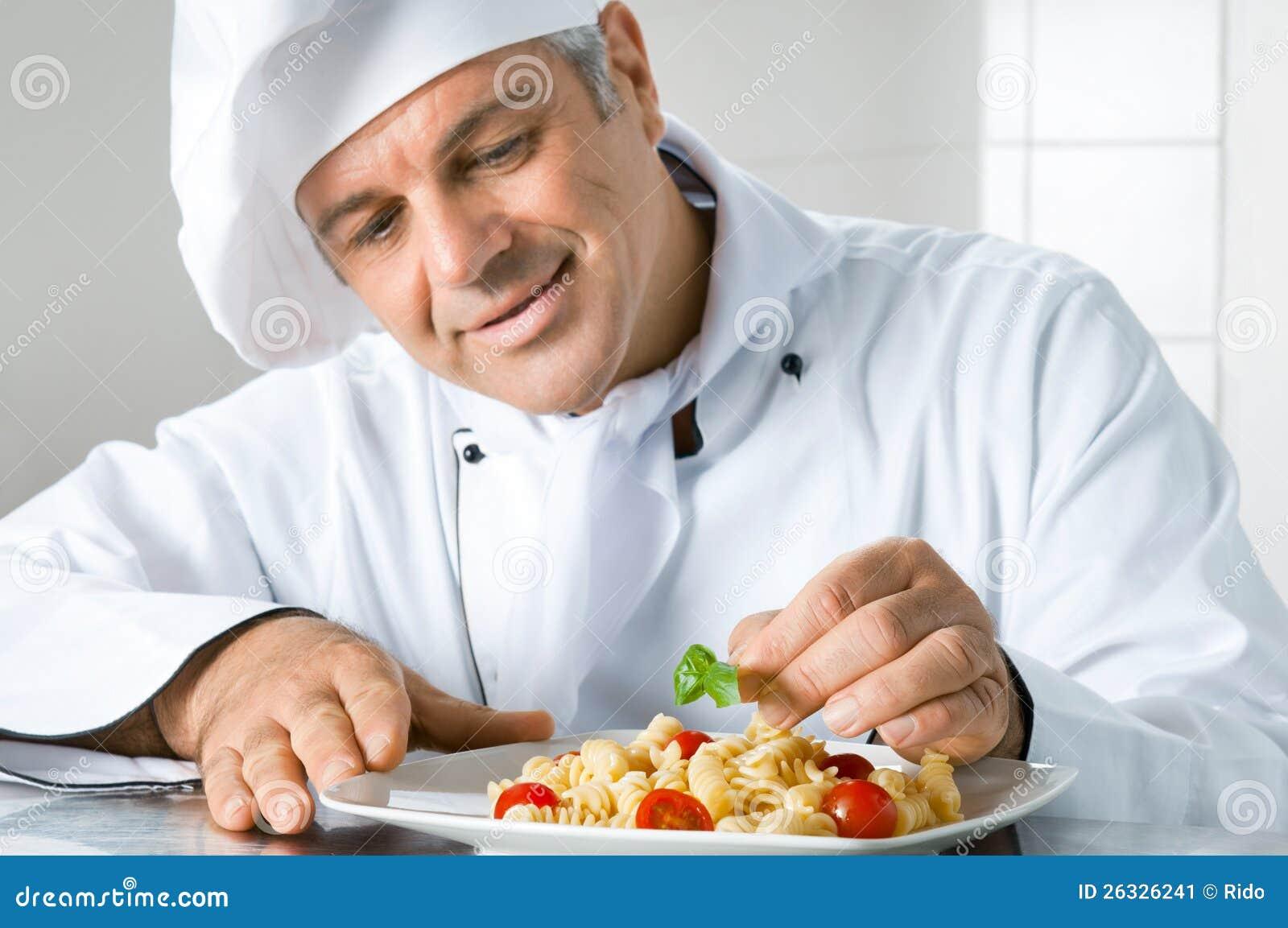 Guarnisca un piatto gastronomico