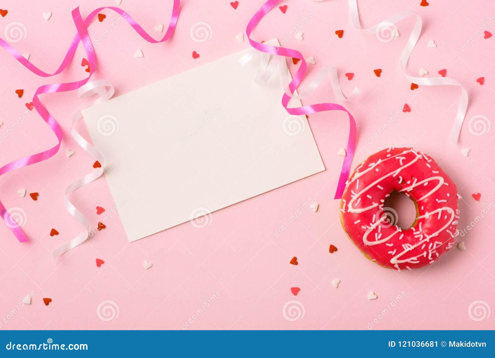 Guarnizioni di gomma piuma con glassa sul fondo di rosa pastello con copyspace Swee