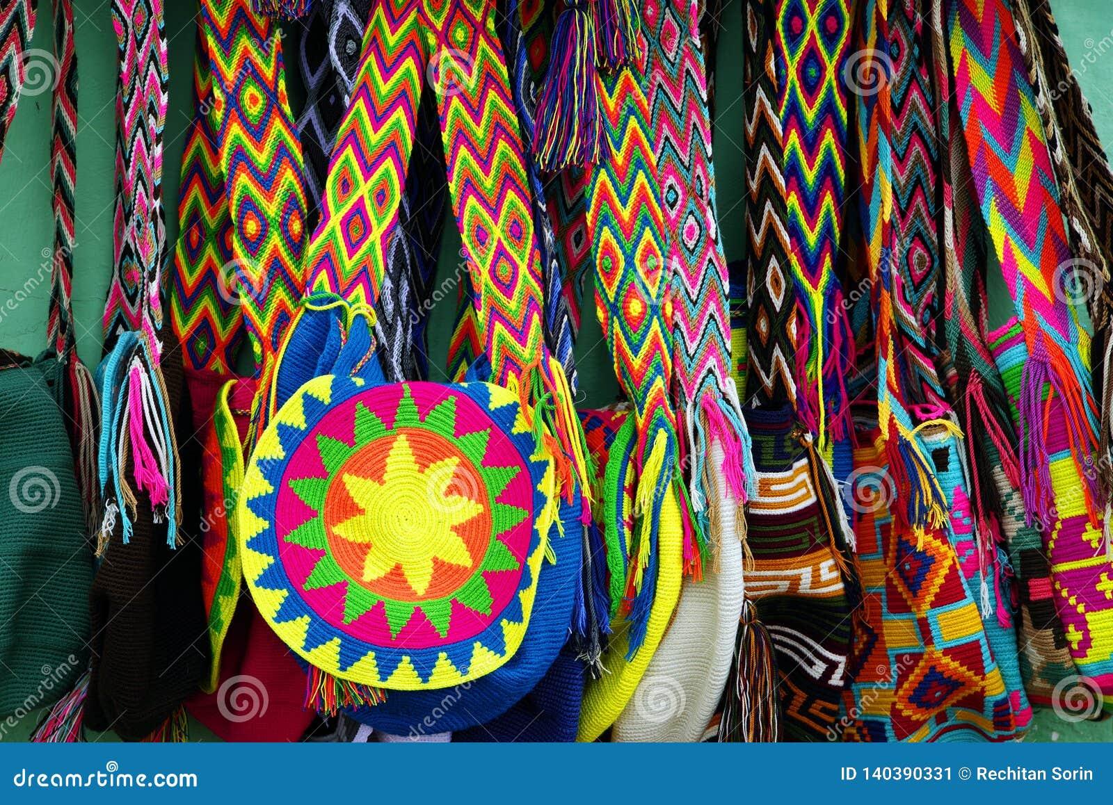 GUATAPE, ANTIOQUIA, КОЛУМБИЯ, 8-ОЕ АВГУСТА 2018: Яркие и красочные ручной работы сувениры от деревни Guatape