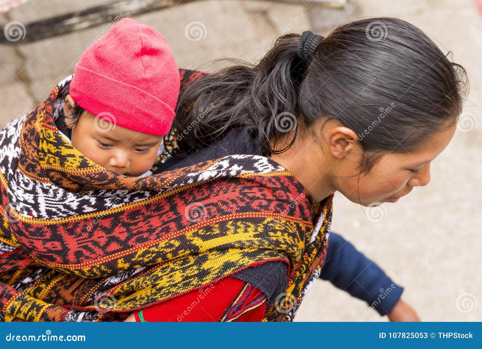 Guatemaltekisches Baby im traditionellen Riemen