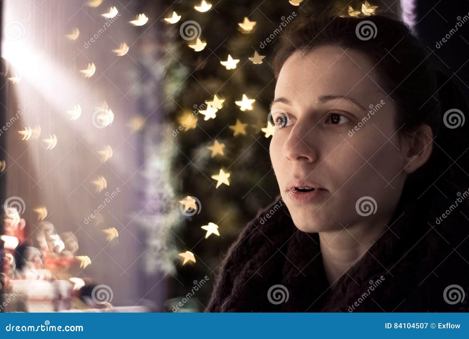 ¡Guau! Muchacha sorprendente por las decoraciones de la Navidad