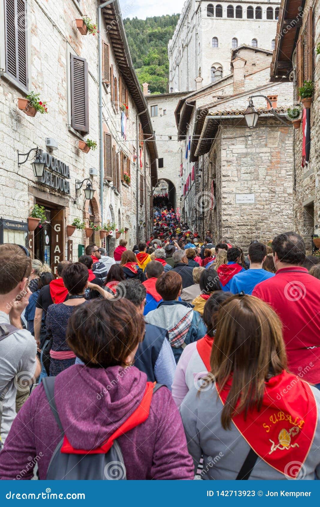 GUBBIO, ΙΤΑΛΊΑ - 15 ΜΑΐΟΥ 2016 - πλήθη αποτελεί τον τρόπο τους τις στενές οδούς σε Gubbio προς την πλατεία Grande να προσέξει τον