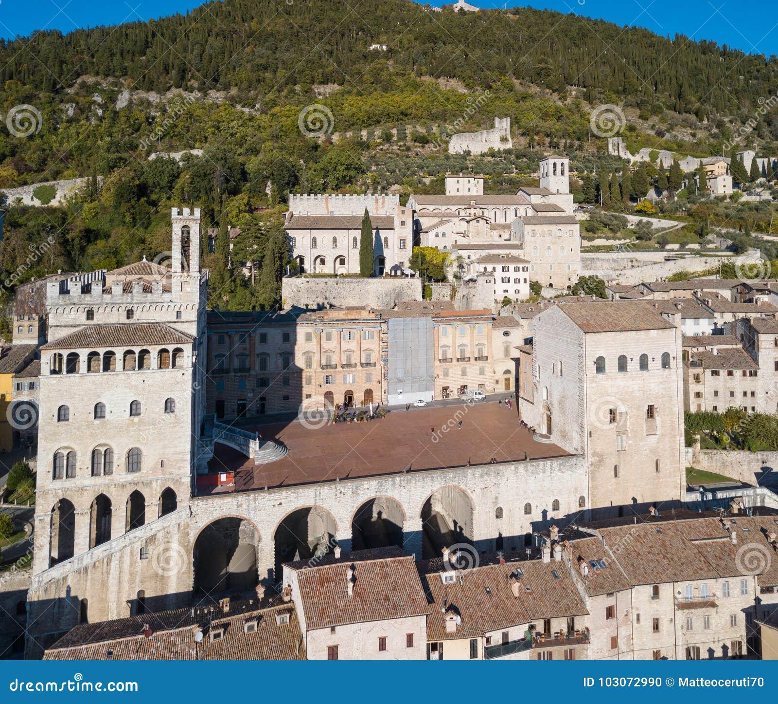 Gubbio, Италия Вид с воздуха трутня центра города, главной площади и исторического здания вызвал dei Consoli Palazzo