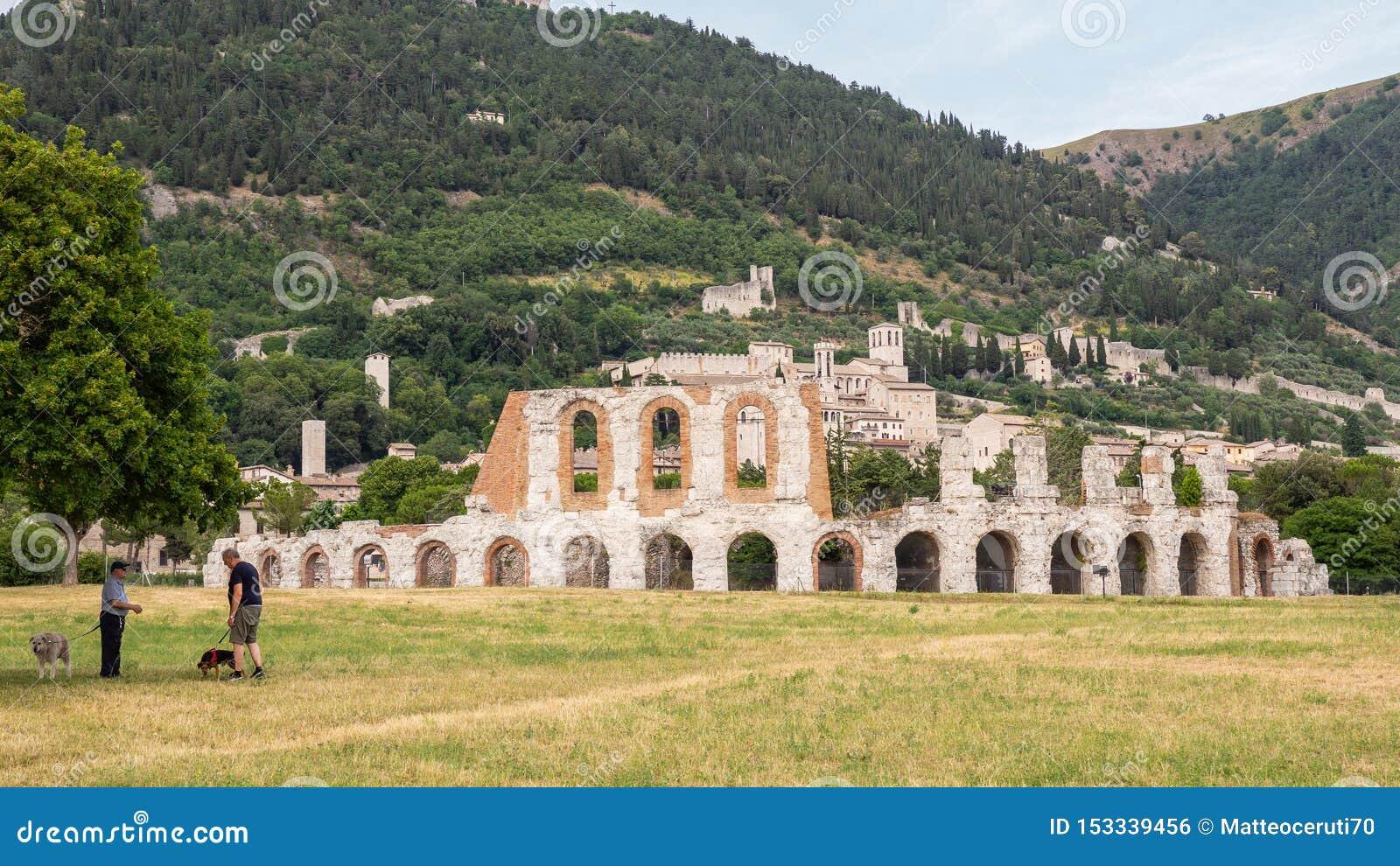 Gubbio, W?ochy Zadziwiający widok ruiny Romański teatr i miasto Ja jest jeden piękny miasteczko w Włochy
