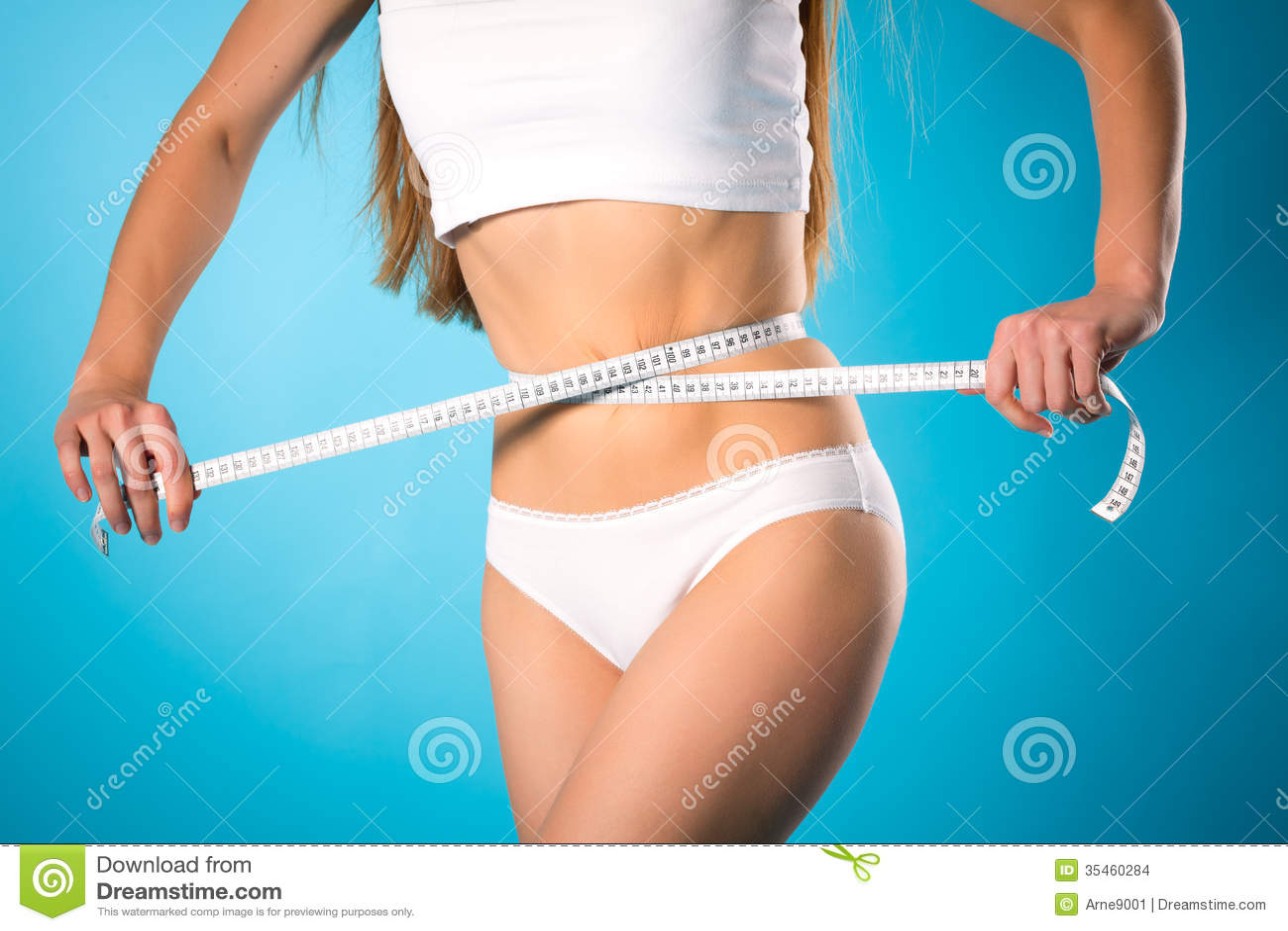 Gubienie ciężar - młoda kobieta jest pomiarowa jej talia