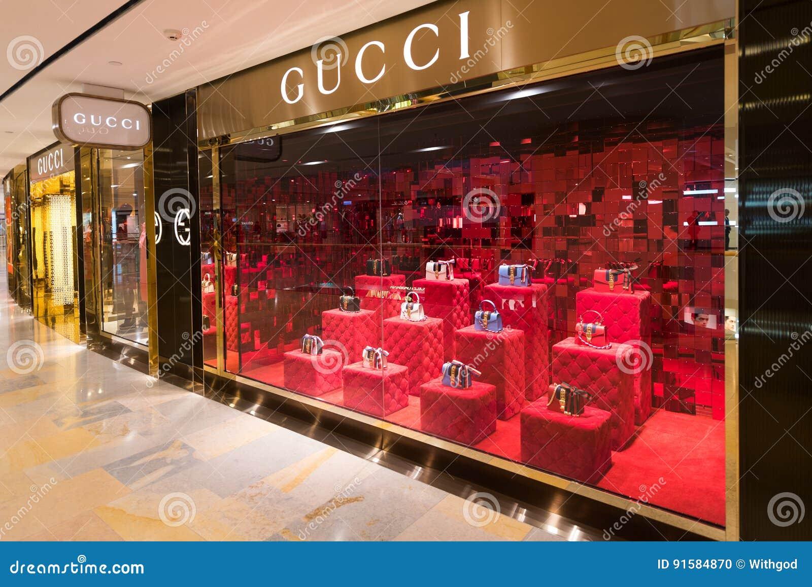 f026419f2a4 HONGKONG - MARS 17, 2017: Ett Gucci lager i den Stillahavs- ställegallerian  Gucci är ett italienskt lyxigt märke av mode och lädergods, delen av den  Gucci ...