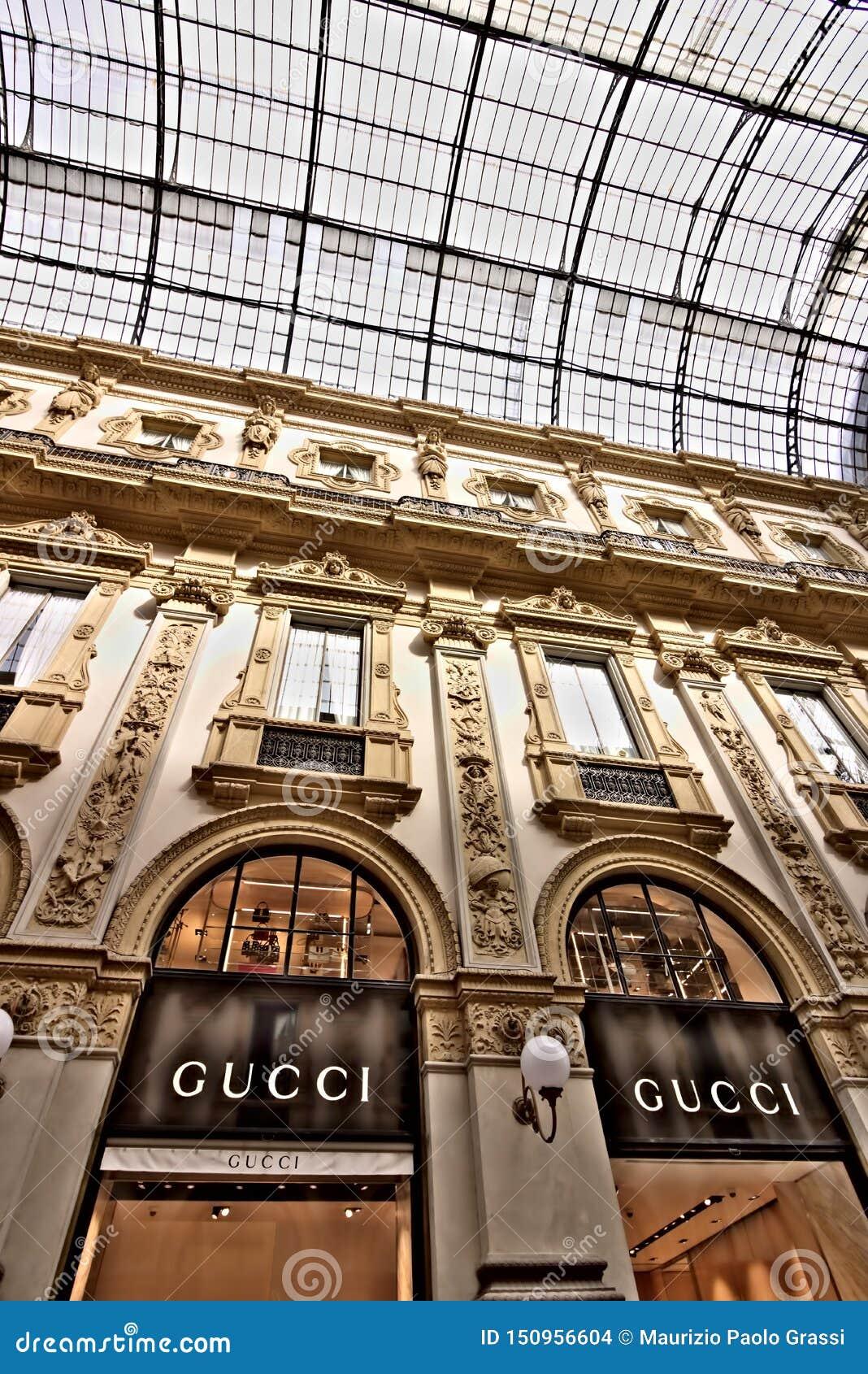 Gucci robi zakupy w Galleria Vittorio Emanuele II w Mediolan