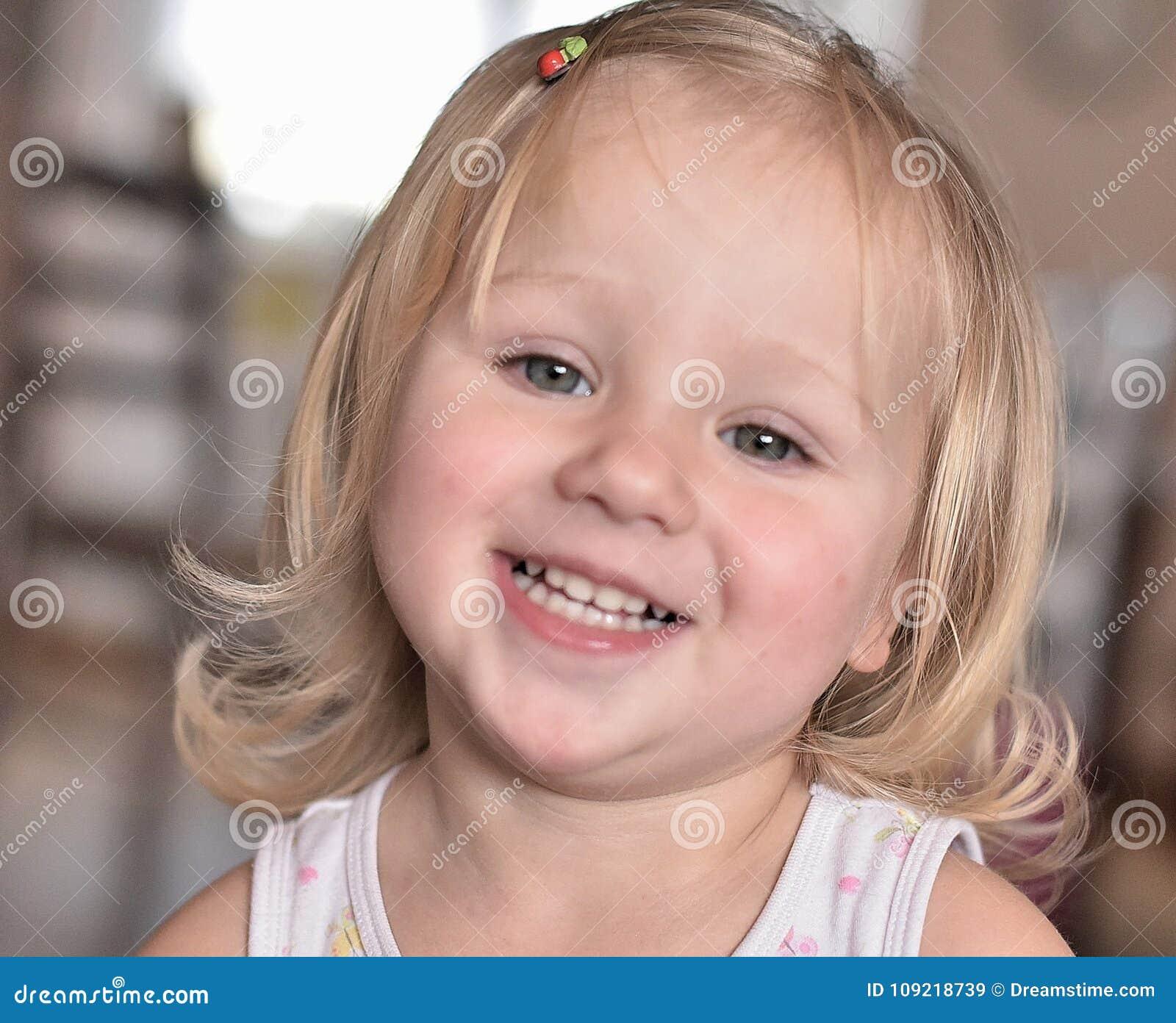Guck λίγο ευτυχές κορίτσι με ένα ανοικτό χαμόγελο