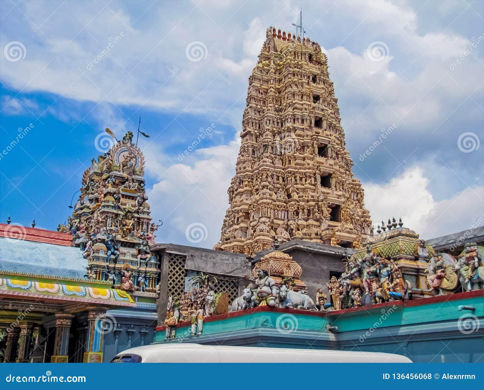 Gudar på taket av en hinduisk tempel