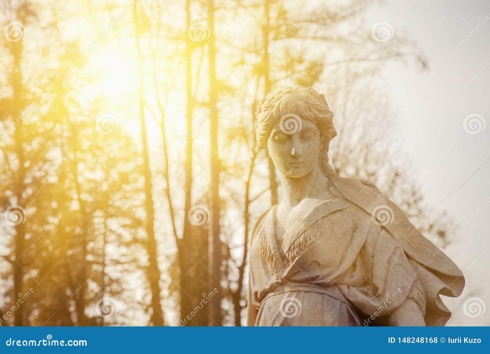 Gudinnan av förälskelse i grekisk mytologi, Aphrodite Venus i fragment för romersk mytologi av den forntida statyn i solljus