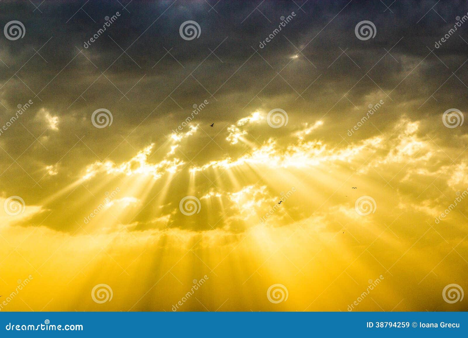 Gudomlig solnedgång med solstrålar