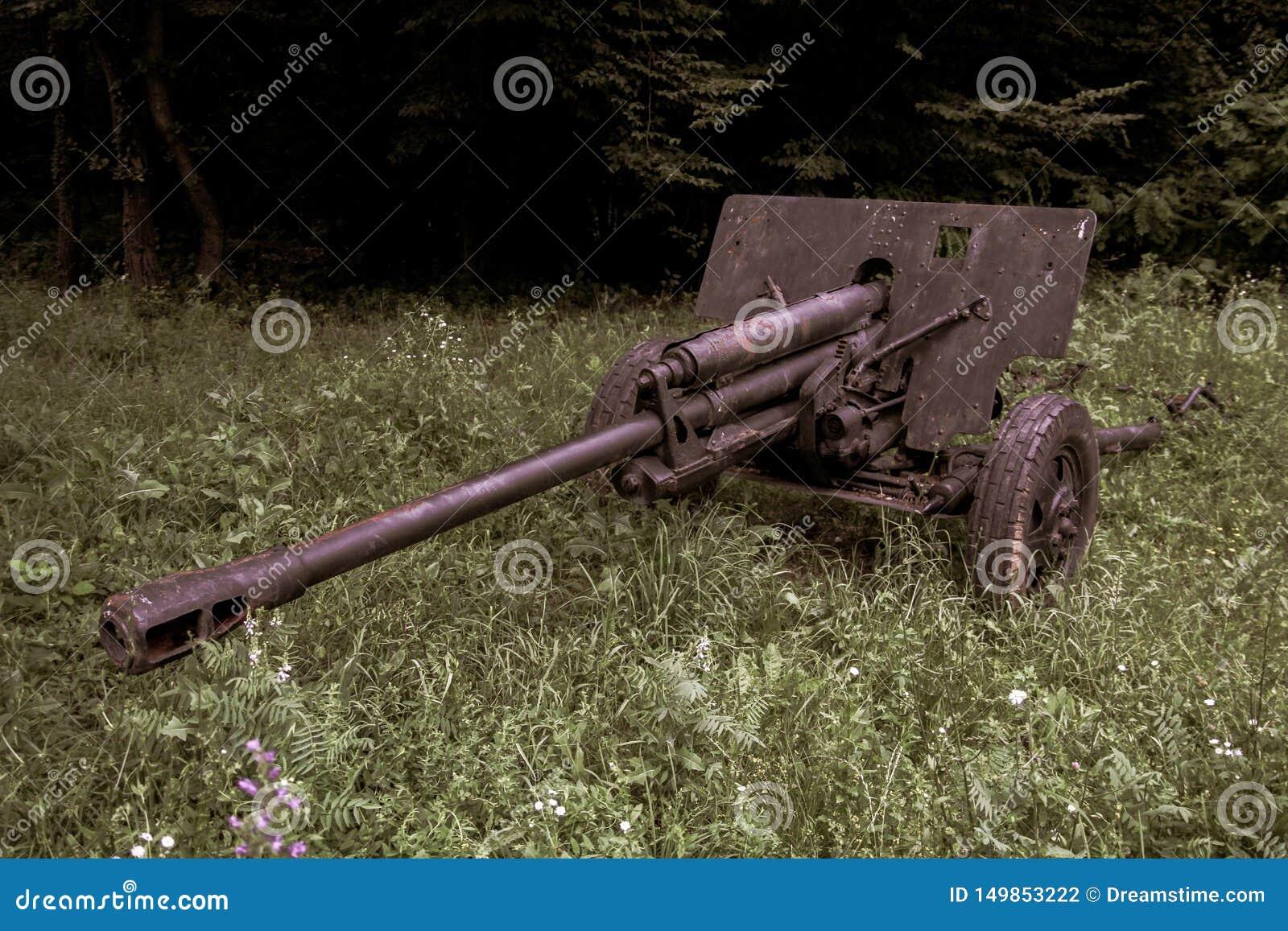 Guerra usada do vintage canhão militar decorativo velho
