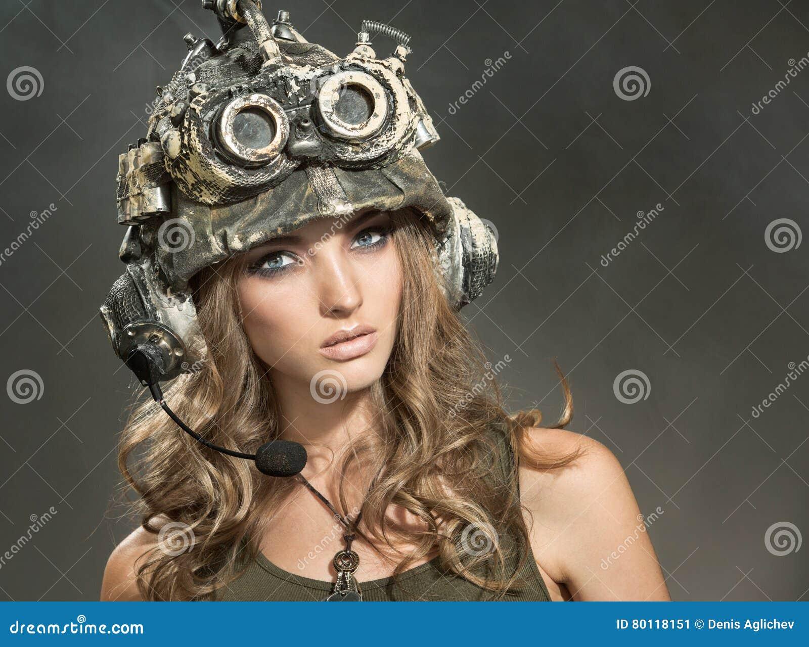 Guerreiro bonito da mulher em um capacete