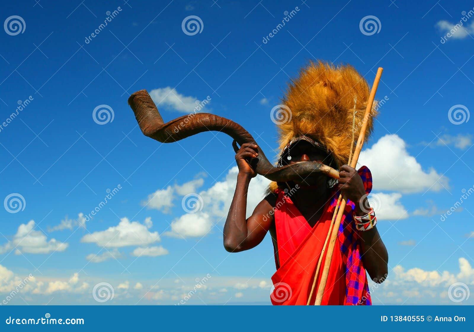Guerreiro do Masai que joga o chifre tradicional