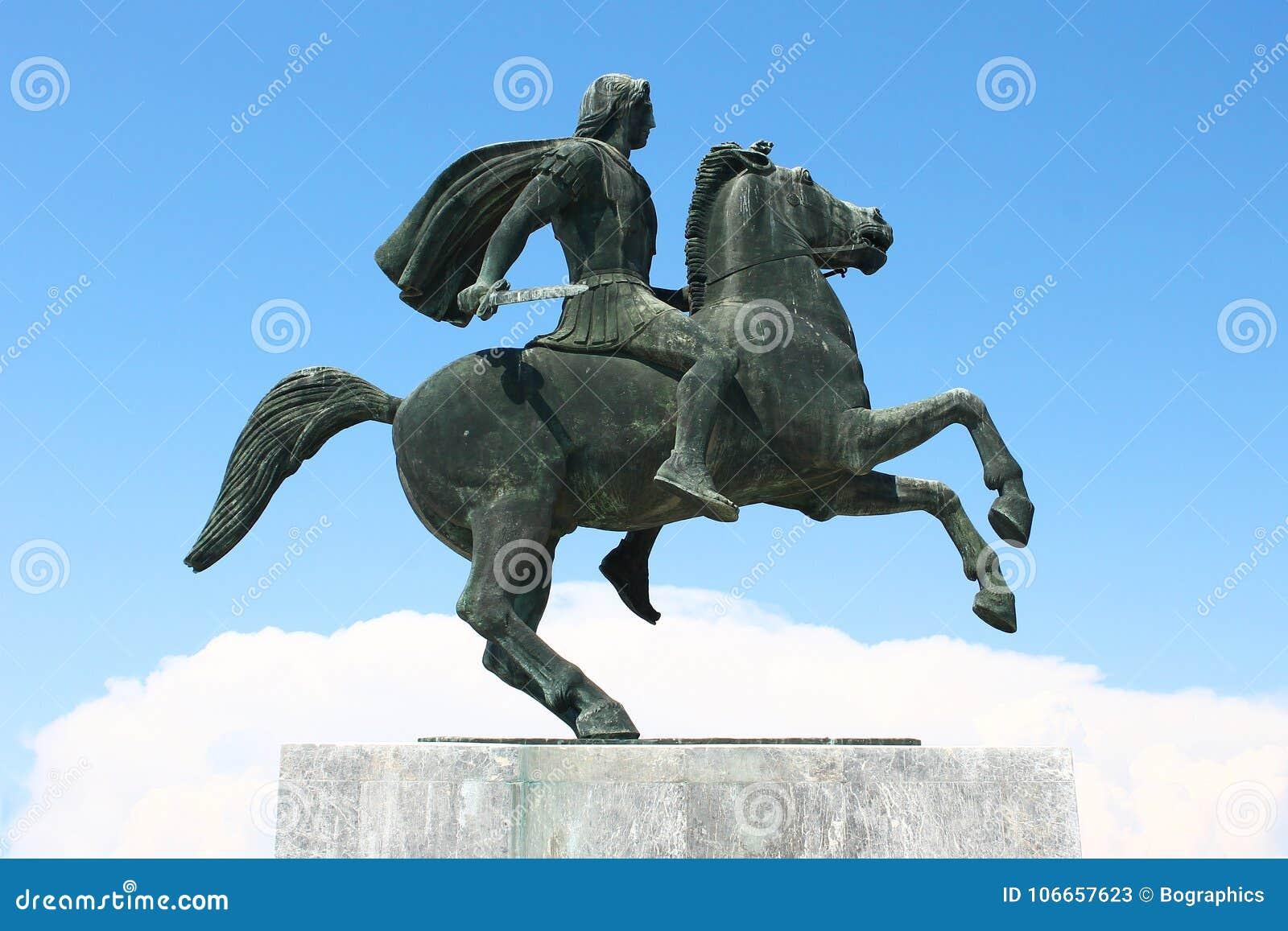 Guerreiro em uma estátua de bronze oxidada cavalo