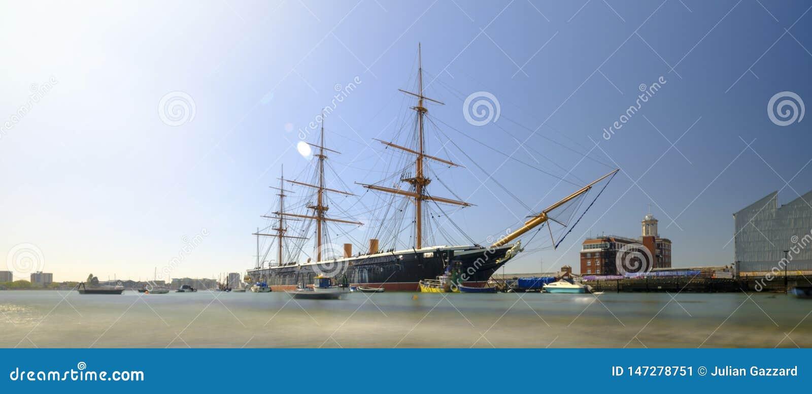 Guerrero del HMS (1862) - el primer acorazado acorazado brit?nico construido para el Royal Navy - en luz de la tarde de la primav