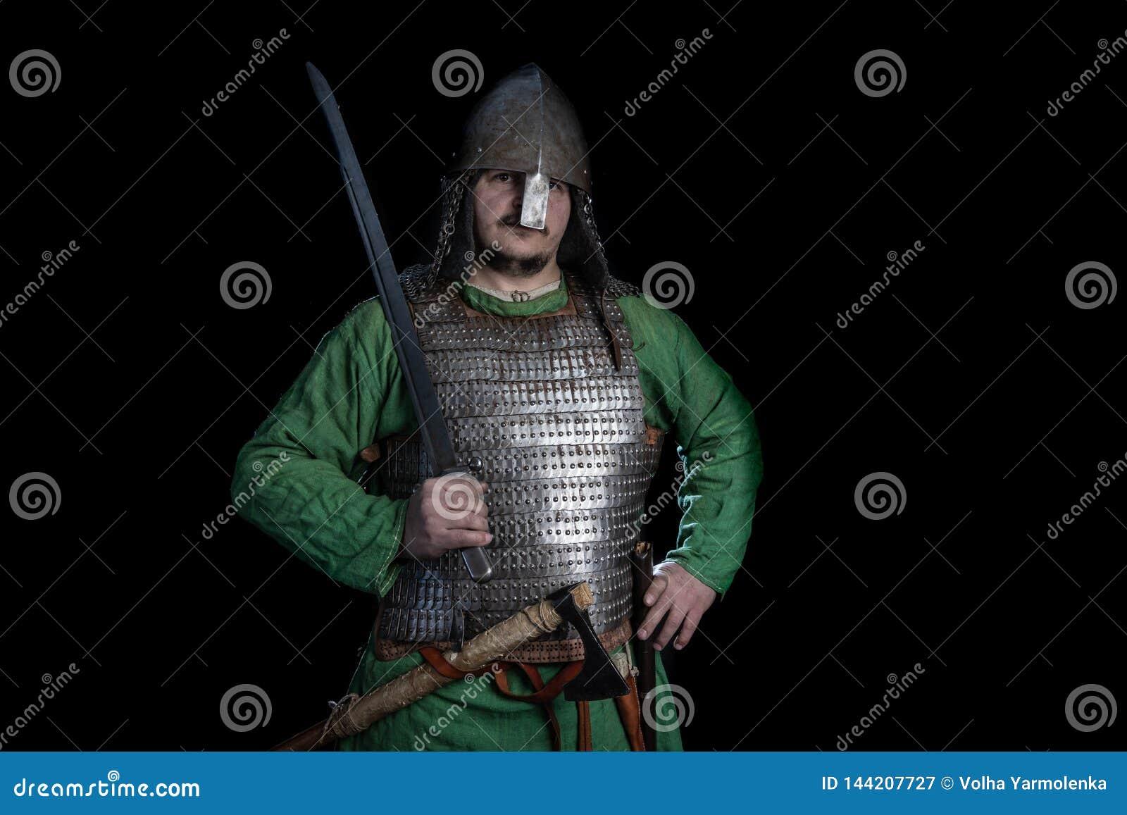 Guerrero eslavo de la edad de vikingo en armadura con la espada