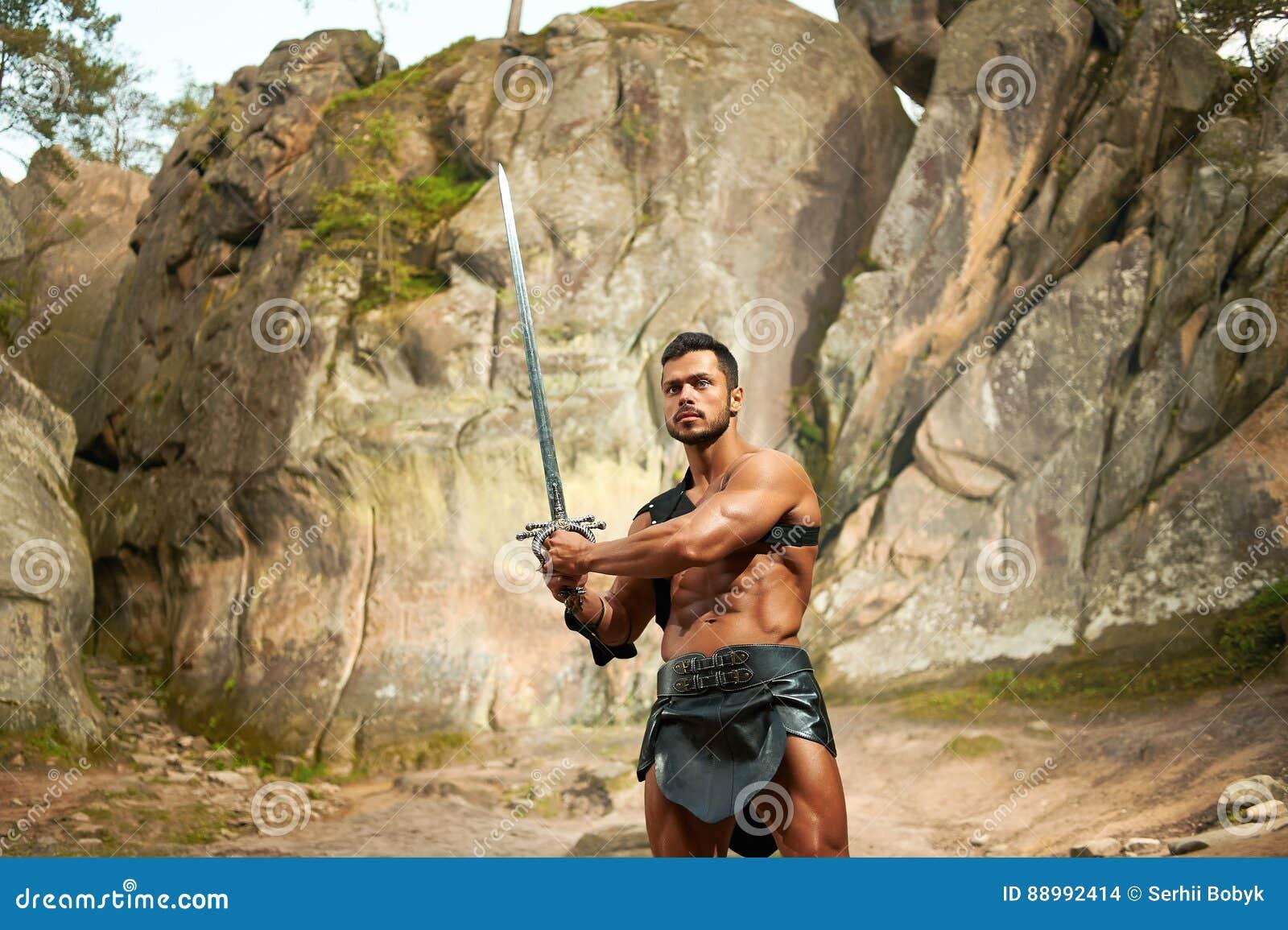 Guerrero joven fuerte con una espada